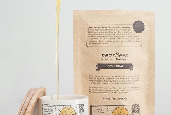nearBees_Umfuellen in ein Honigglas